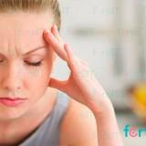 fotografía de mujer con dolor de cabeza por prolactina alta