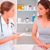 mujer que presenta síntomas del síndrome de ovario poliquístico